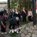 Delegacja TPCh składa kwiaty pod pomnikiem