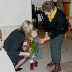Najmłodsza sympatyczka książek składa życzenia Elżbiecie Wróblewskiej, foto: Izolda Hukałowicz