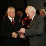 Burmistrz Choroszczy Jerzy Ułanowicz odbiera nagrodę (14 listopada 2009)