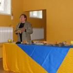 Prof. Maria Dąbrowska pokazuje eksponaty wykopane w okolicach kładki, foto: Izolda Hukałowicz