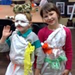 Dzieci na zajęciach plastycznych w Centrum Kultury, źródło: www.kolorki-moniki.blogspot.com
