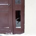 Wybita szyba w wiatrołapie w bloku nr 18, foto: Izolda Hukałowicz