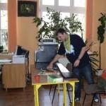 Podłączanie nowego sprzętu, foto: Biblioteka Publiczna w Choroszczy