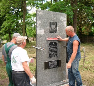 Na zdjęciu: pracownicy stawiający pomnik fot. M. Ogrodnik