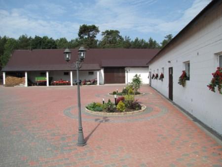 Zdj.  Utwardzone i oświetlone podwórze sprzyja bezpieczeństwu przy pracy rolniczej