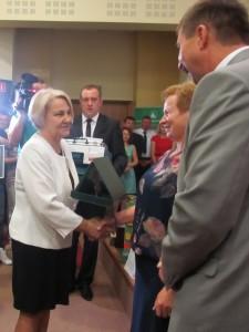 Krystyna Gdula - z-ca  Prezesa KRUS wręcza nagrody laureatom I miejsca