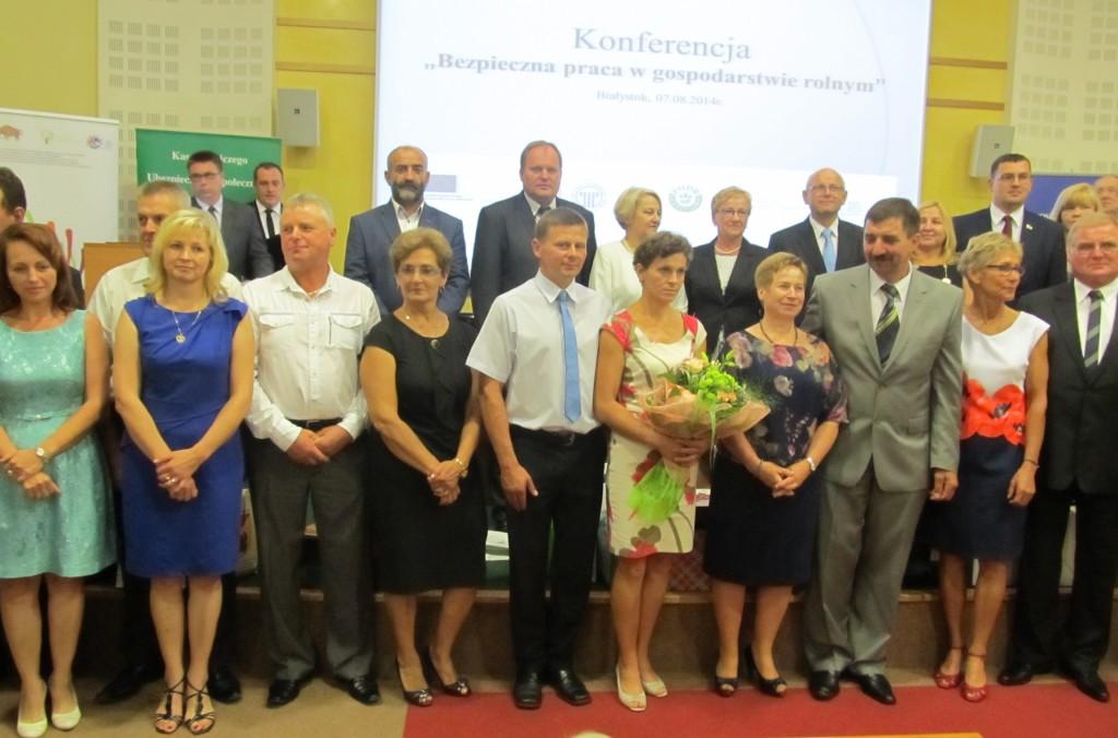 Laureaci oraz przedstawiciele organizatorów, współorganizatorów i fundatorów nagród