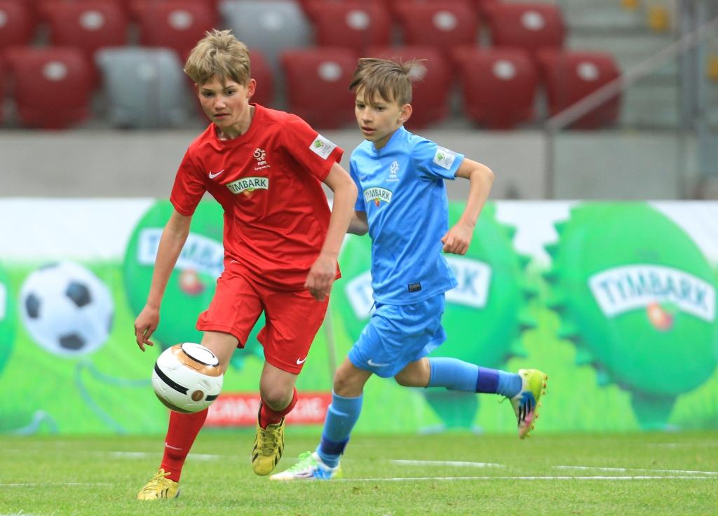 Zacięta rywalizacja młodych piłkarzy (fot. A. Kraszewski)